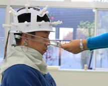 電極ヘルメットをつけて実験